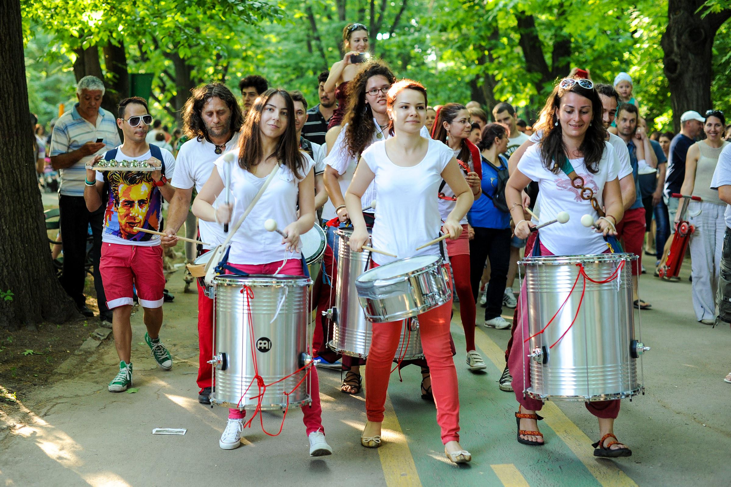 """Pe 22 octombrie, la Sala Palatului, veti avea parte de o portie de samba motivationala, marca Barbarossa Samba Group, in cadrul conferintei """"Poti face diferenta""""."""