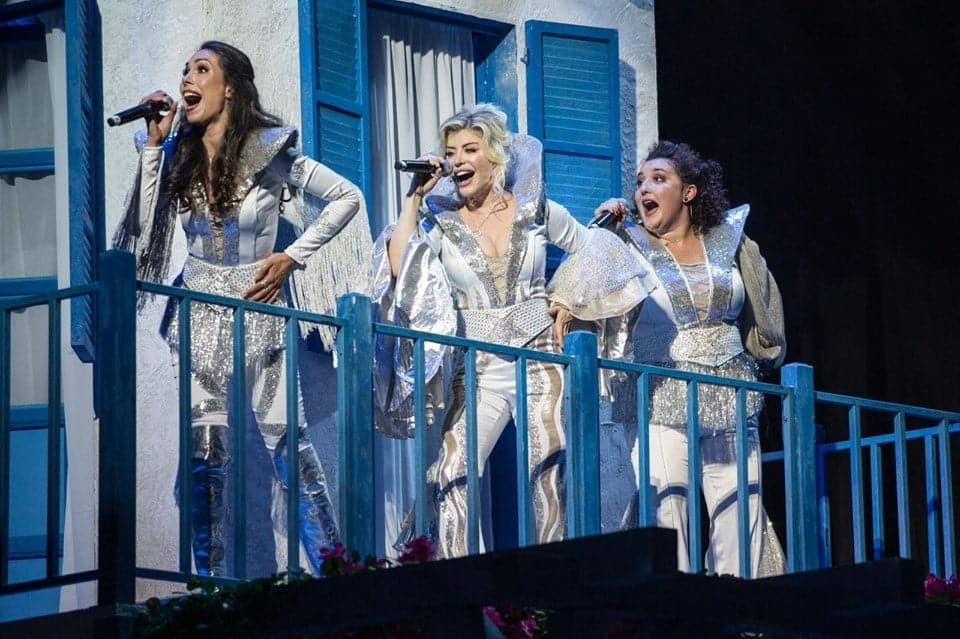 """SOLD-OUT: """"MAMMA MIA!"""" – celebrul musical pe melodiile trupei ABBA  se joacă sâmbătă, la Constanța, cu casa închisă"""